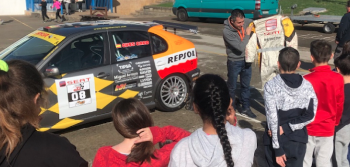 Los rallyes llegan a las aulas del colegio José Escandón de la mano de Guss Caro y su Seat León