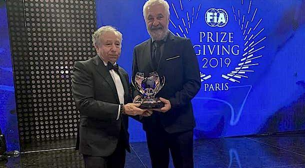 Jose Luis Peña recibe su trofeo como Campeón del Mundo en la Gala de la FIA